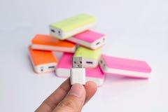 Hand som rymmer USB port för maktbanker Arkivbild