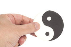 Hand som rymmer Yin-Yang Symbol royaltyfria bilder