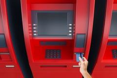 Hand som sätter kortet i ATM-maskin Arkivbild