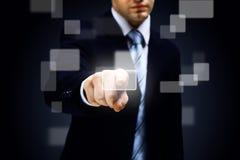 Hand som skjuter en knapp Arkivbilder