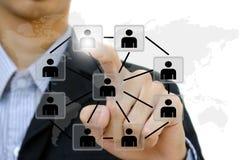 Hand som skjuter nätverket för folkkommunikationssamkväm Arkivfoton