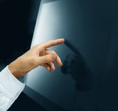 hand som skjuter skärmtouch Royaltyfria Foton