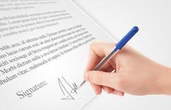 Hand som skriver det personliga häftet på en pappers- form fotografering för bildbyråer
