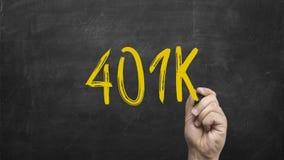 Hand som skriver texten på svart tavla: 401K Fotografering för Bildbyråer