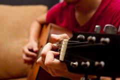 hand som spelar den folk gitarren Arkivbilder