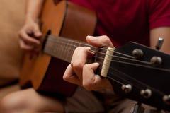 hand som spelar den folk gitarren Royaltyfri Fotografi