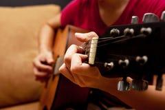 hand som spelar den folk gitarren Royaltyfri Foto