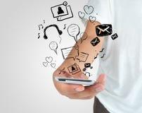 Hand som spelar den moderna mobiltelefonen Arkivbilder