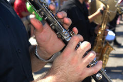 Hand som spelar en klarinett arkivfoton
