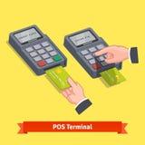 Hand som sätter in kreditkorten till en pos.-terminal Arkivbilder