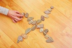 Hand som sätter stenen till stenar Arkivbilder