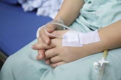 Hand som svällas av salthaltigt intravenöst Royaltyfria Foton