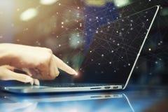 Hand som trycker på bärbara datorn med symboler för teknologi för anslutning för globalt nätverk på skärmen Online-framtida affär arkivfoto