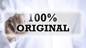 Hand som trycker på texten: original 100% Arkivbild
