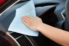Hand som tvättar en bil Arkivbild