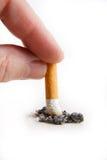 Hand som ut stöter en cigarett Fotografering för Bildbyråer
