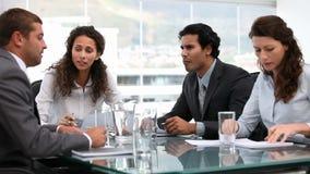 Hand som väljer gem om affärsmöte lager videofilmer