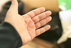 Hand som väntar annan hand för att salutera Royaltyfria Foton