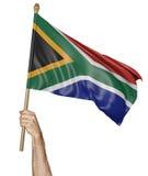 Hand som vinkar proudly nationsflaggan av Sydafrika Arkivbild