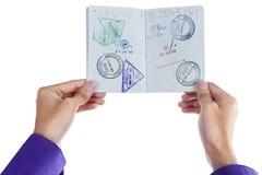 Hand som visar ett pass Arkivfoto