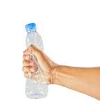 Hand squash en plastic flaska som isoleras på white Arkivfoton