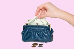 Hand steckt Geld stockbilder