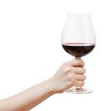 Hand steigt großes Glas mit Rotwein Stockfotos