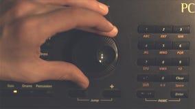 Hand stemmende fm radioknoop Retro verwerkt beeld Hand het aanpassen volumecontrole Het uitzenden en muziekconcept Vrouw stock videobeelden