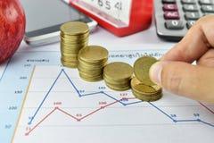 Hand, Stift, Apfel, Geld, Uhr, Telefon und Taschenrechner Lizenzfreies Stockfoto