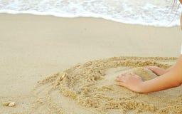 Hand, Strand, sandiges und Meer im Feiertag lizenzfreie stockfotos
