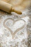 Hand tecknad hjärta i mjöl Arkivfoto