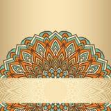 Hand-teckningen snör åt dekorativt blom- abstrakt begrepp rundan som isoleras på den mjuka guld- lutningen färgad bakgrund Arkivfoto