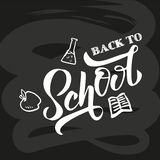 Hand terug naar school het van letters voorzien op zwart bord met beeld van appel, fles, boek Perfect ontwerp voor banner, vliege royalty-vrije illustratie