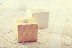 Hand-tillverkade gåvaaskar med stjärna-formade etiketter Royaltyfri Foto