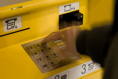Hand, toetsenbord van ATM Stock Foto