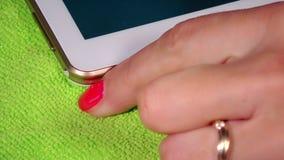 Hand trennen weißes Mikro usb-Kabel vom intelligenten Tablet-Computer stock footage