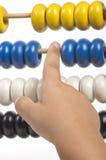 Hand und Abakus lokalisiert auf weißem Hintergrund Lizenzfreie Stockfotografie