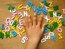 Hand und Alphabete Stockfotos