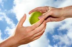 Hand und Apfel stockfoto