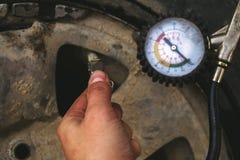 Hand- und Autorad addieren Luftdruck Lizenzfreie Stockfotografie