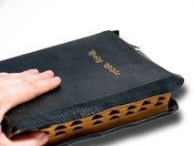 Hand und Bibel stockbild