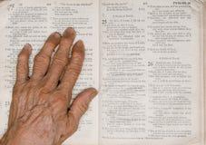 Hand und Bibel Lizenzfreies Stockbild