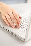 Hand und Computer. Lizenzfreies Stockfoto