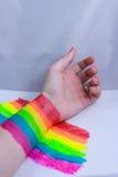 Hand und ein Regenbogen Stockfoto