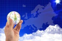 Hand und Eurokugel stockbild