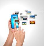 Hand und Handy lizenzfreie stockfotos