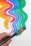 Hand und Malerpinsel des Künstlers Stockfotografie