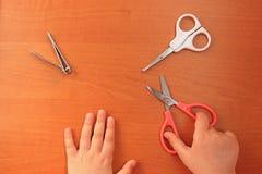 Hand-und Nagelpflege f?r das Kind Kind-` s Manik?re Ansicht von oben stockbild