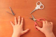 Hand-und Nagelpflege f?r das Kind Kind-` s Manik?re Ansicht von oben lizenzfreies stockbild