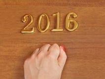 Hand und Nr. 2016 auf Tür - Hintergrund des neuen Jahres Lizenzfreies Stockfoto